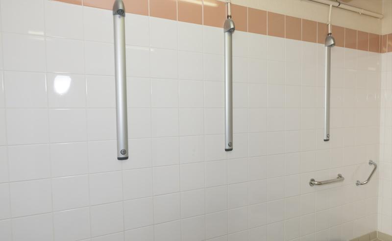 Les douches présentes dans chaque cestiaire